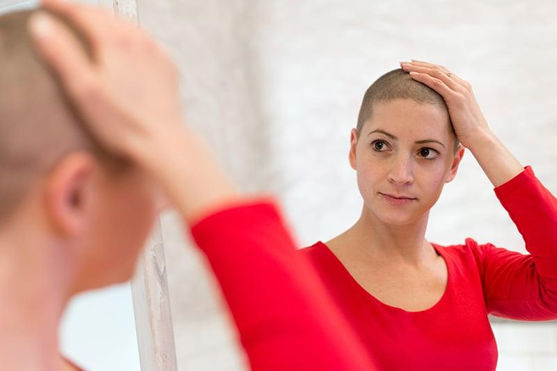 Femme aux cheveux court