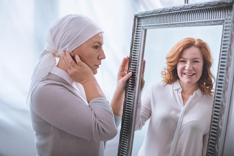 Cheveux qui repoussent après un traitement contre le cancer