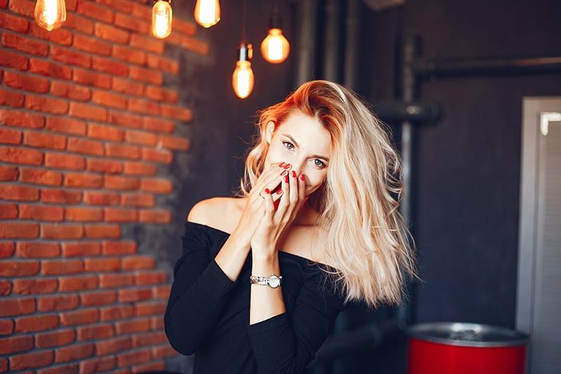 Femme aux cheveux blonds