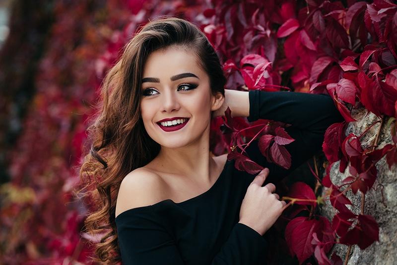 Femme aux cheveux châtains-bruns