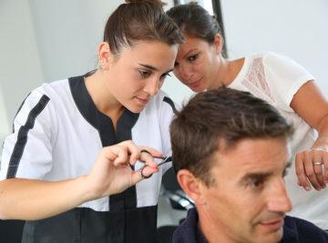 Les contrats d'alternance coiffure : un compromis entre école et entreprise
